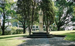 Flagstaff Gardens Memorial to those buried here